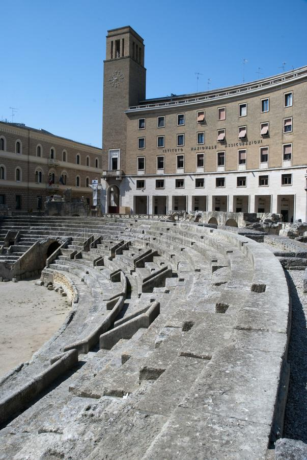 Lecce, Italie, vue de rue de Roman Amphitheather dans la place d'Oronzo de saint photographie stock