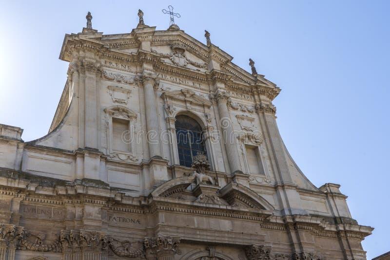 LECCE, Puglia, Italia - 2 de mayo de 2019: Fachada de la antigua iglesia barroca Santa Irene en el centro histórico del casco ant fotos de archivo libres de regalías