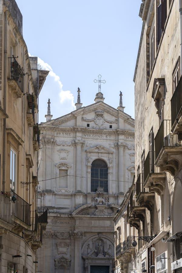 LECCE, Puglia, Italia - 2 de mayo de 2019: Fachada de la antigua iglesia barroca Santa Irene en el centro histórico del casco ant foto de archivo