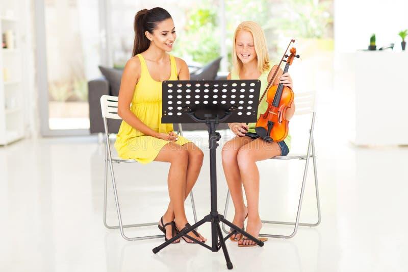 Lección de violín de la muchacha imagenes de archivo