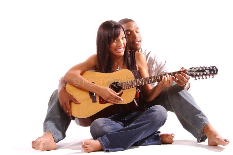 Lección romántica de la guitarra foto de archivo