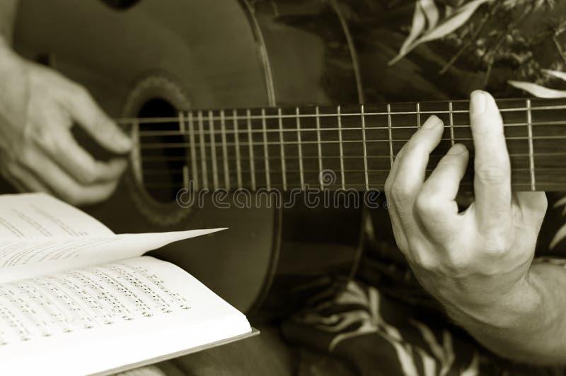 Lecciones de la guitarra foto de archivo libre de regalías