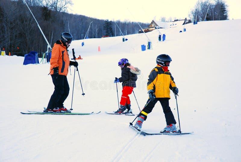 Lecciones del esquí del padre a sus niños imagen de archivo