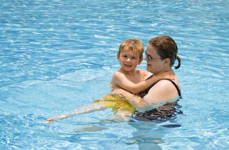 Lecciones en la piscina imagenes de archivo
