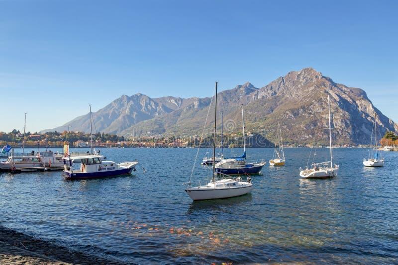 LECCO, ITALY/EUROPE - 29-ОЕ ОКТЯБРЯ: Взгляд шлюпок на озере Como на стоковое фото
