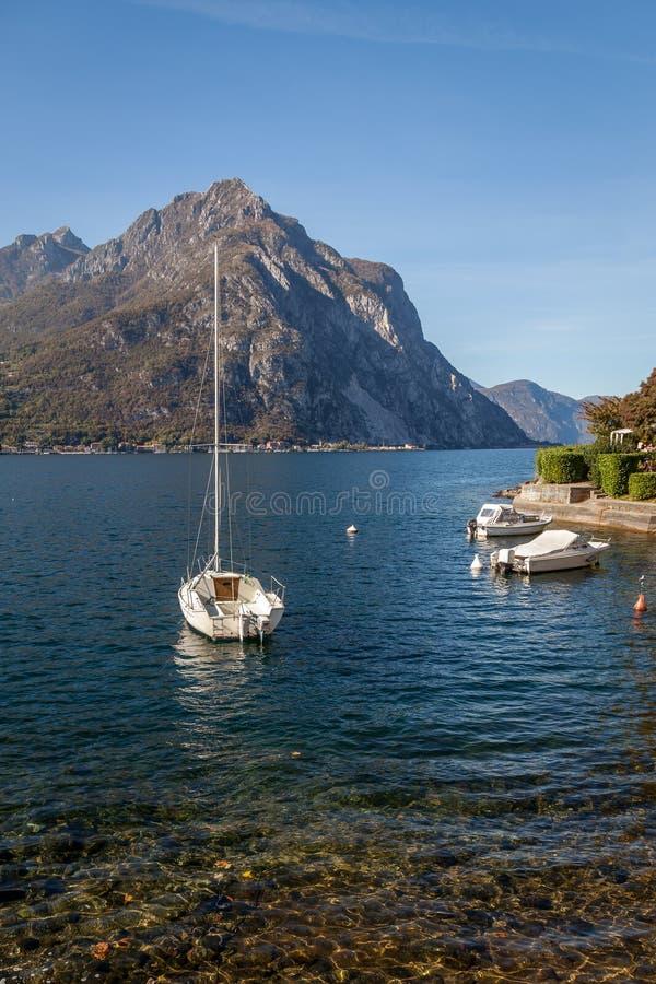 LECCO, ITALY/EUROPE - 29 OKTOBER: Mening van Boten op Meer Como bij royalty-vrije stock afbeeldingen
