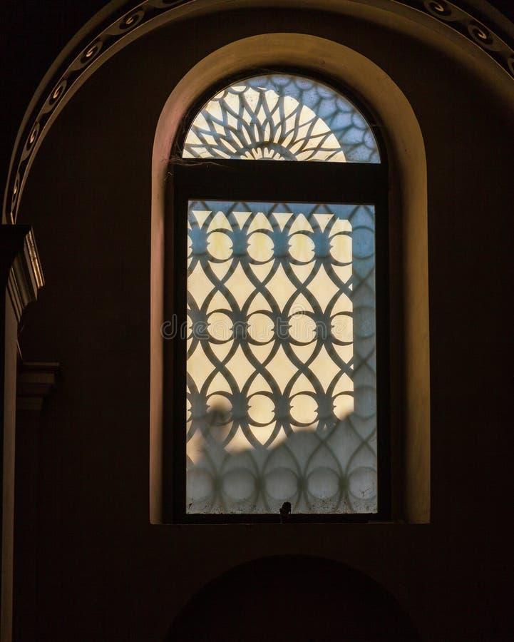 LECCO, LOMBARDY/ITALY - 29 OKTOBER: Ongebruikelijk venster in het Basilicum stock foto's