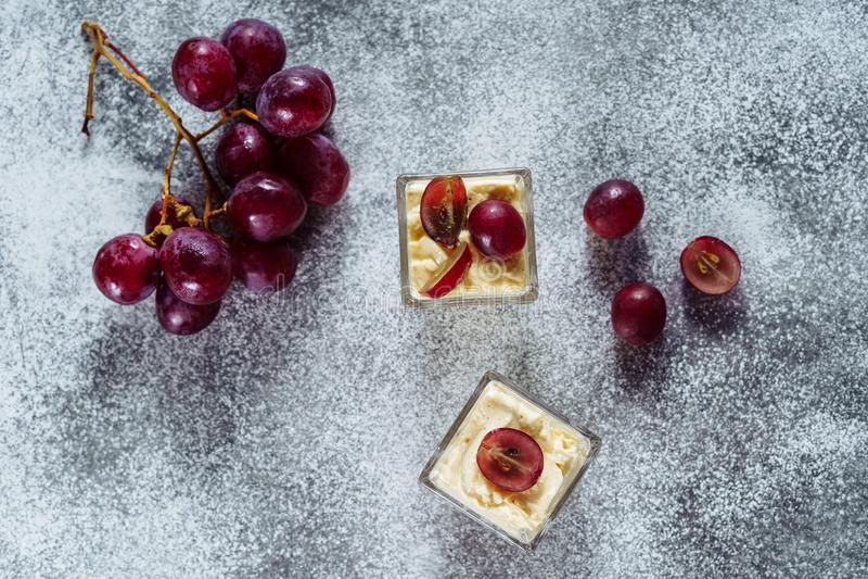 Leche de Berry Sweet Dessert Cold Fresh de la uva de Panakota imágenes de archivo libres de regalías