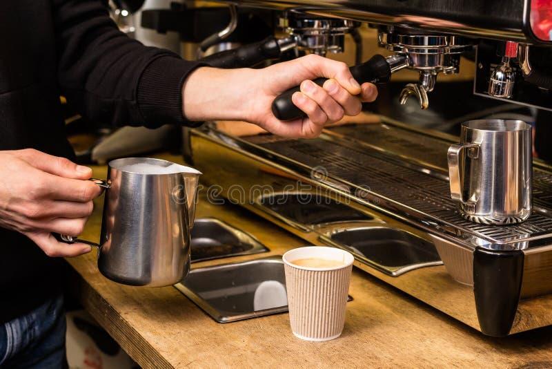 Leche de colada de Barista al café para llevar imagenes de archivo