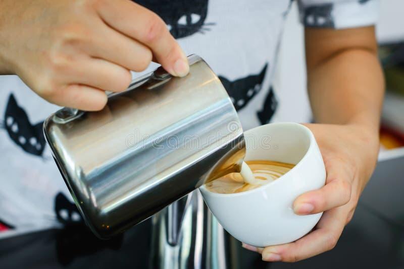 Leche de colada de Barista en café del capuccino foto de archivo libre de regalías
