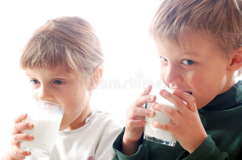 Leche de consumo de los niños foto de archivo