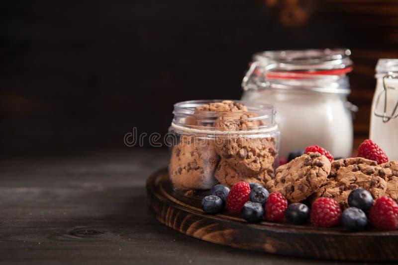 Leche fresca con las galletas deliciosas y recientemente cocidas del chocolate del oatmel fotos de archivo libres de regalías