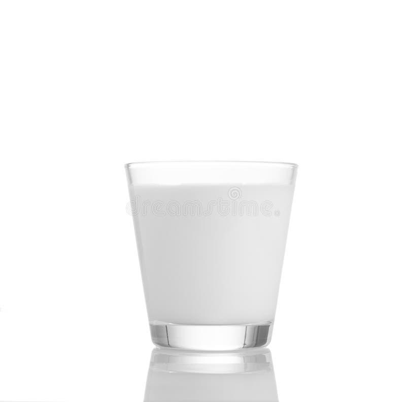 Leche fresca en el vidrio en el fondo blanco, imágenes de archivo libres de regalías