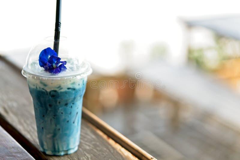 Leche helada o mariposa helada Pea Latte del guisante azul con leche en la tabla de madera fotos de archivo libres de regalías
