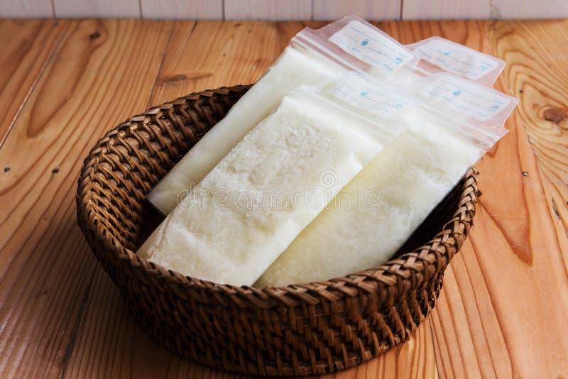 leche materna congelada en bolsos plásticos del almacenamiento imagen de archivo libre de regalías