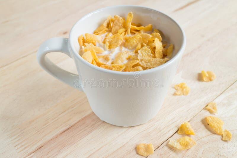 Leche y copos de maíz frescos del cereal imágenes de archivo libres de regalías