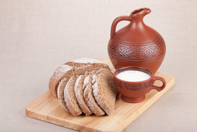 Leche y pan. Desayuno. foto de archivo