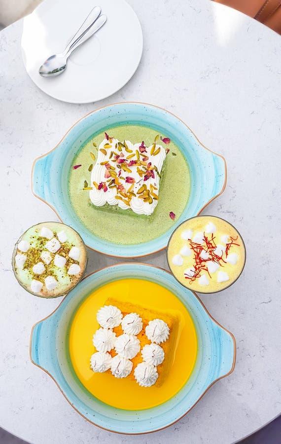 Leches Tres шафрана и фисташки испекут и чашка капучино с отбензиниванием зефира стоковое фото rf