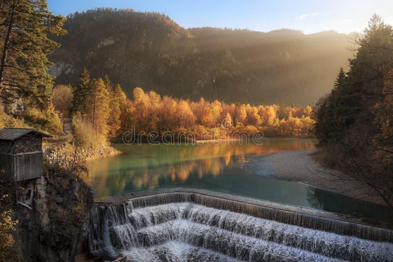 Lechfall-Wasserfall und Herbstwald lizenzfreies stockbild