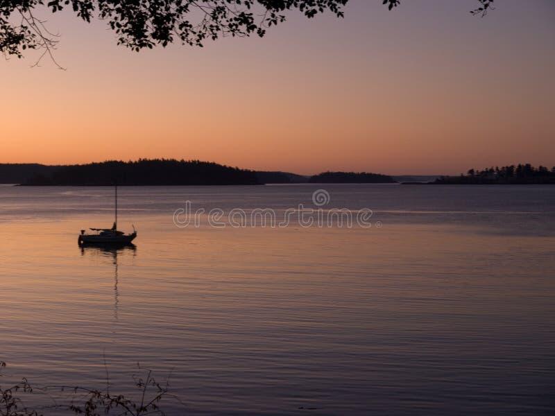 Lecho de Sailboar abajo para la noche imagen de archivo libre de regalías