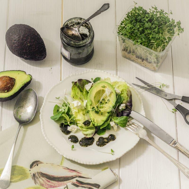 Lechuga de la mezcla de la foto de la comida con la salsa del aguacate, del queso feta y de menta imagenes de archivo