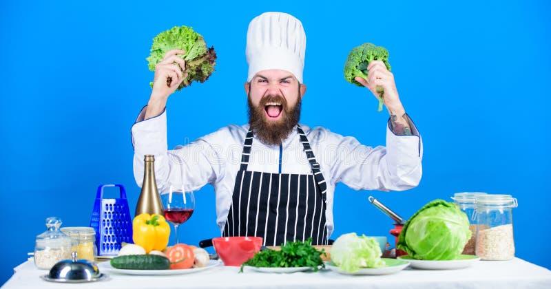 So lecker Chefmann im Hut Geheimes Geschmackrezept vegetarier Reifer Chef mit Bart B?rtiger Mannkoch in der K?che stockfotos