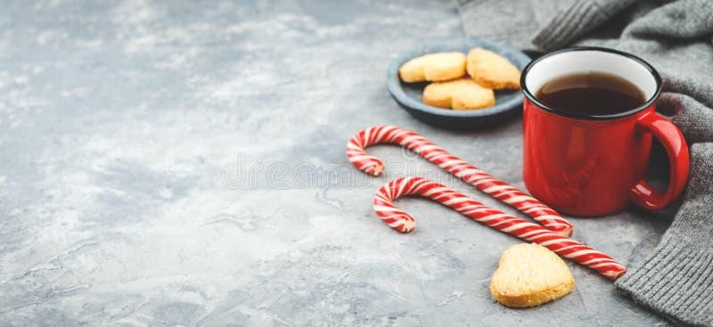 Leckere Weihnachtsplätzchen und ein Becher heißer Tee, Weihnachtszeit lizenzfreie stockbilder