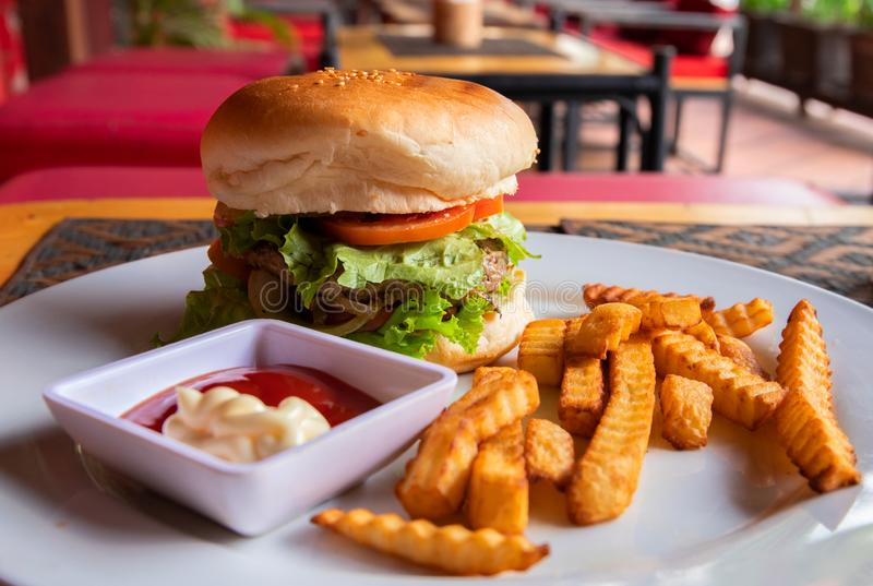 Leckerer frischer Burger und Pommes-Frites auf der weißen Platte gedient für das Mittagessen Reiches Kindernahrungsmittelmenü-Nah stockbilder