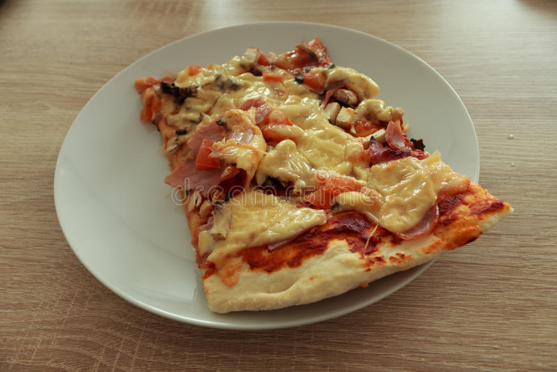 Leckeres Geschenk der geeigneten Pizza des Italieners stockfotografie