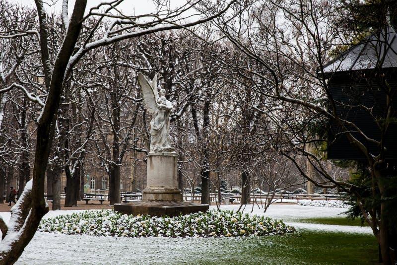 Leconte de Lisle staty på den Luxembourg slottträdgården i en frysa dag för vinterdag precis för vår fotografering för bildbyråer