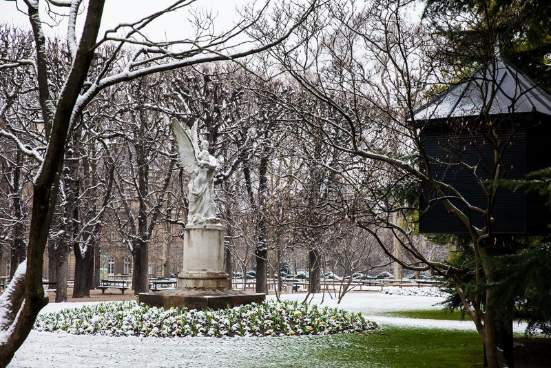 Leconte de Lisle staty på den Luxembourg slottträdgården i en frysa dag för vinterdag precis för vår royaltyfri bild