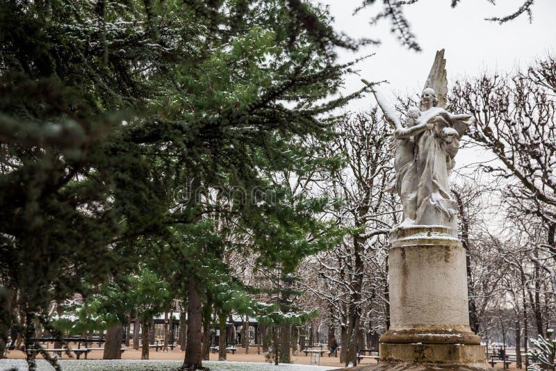 Leconte de Lisle staty på den Luxembourg slottträdgården i en frysa dag för vinterdag precis för vår royaltyfri fotografi