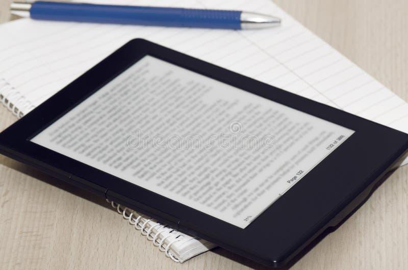 Lecteur With Blurred Text de livre images libres de droits
