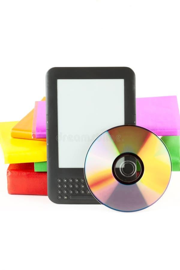 lecteur d'E-livre avec les livres et le disque photographie stock