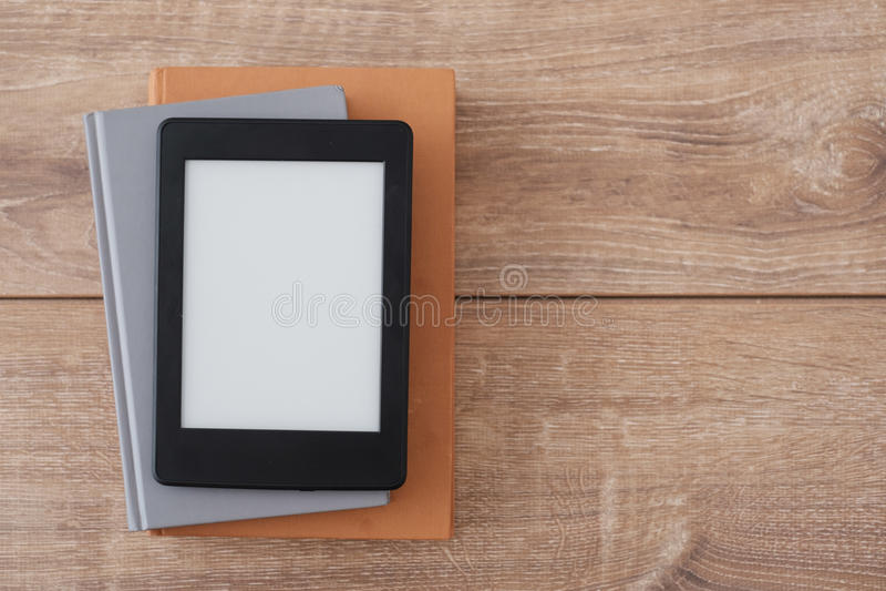 Lecteur d'EBook sur des livres photos libres de droits
