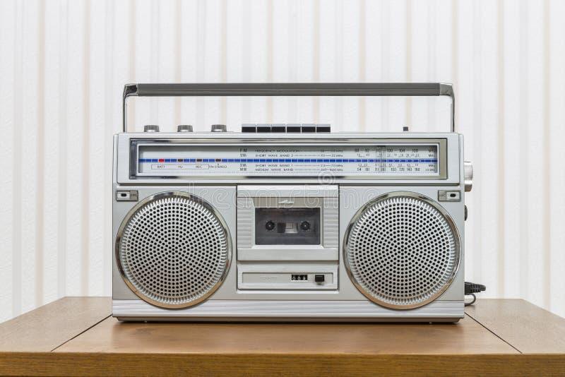 Lecteur de cassettes portatif de radio de style de caisson de basses de vintage photographie stock