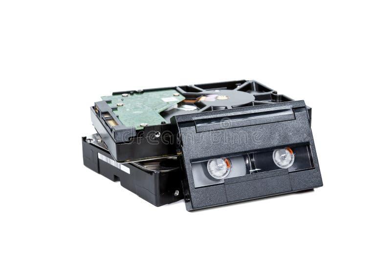 Lecteur de disque dur avec la cassette vid?o d'isolement sur le fond blanc photos stock