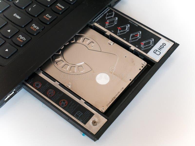 Lecteur de disque dur fixé au chariot de HDD ou au chariot d'unité de disque dur photographie stock libre de droits