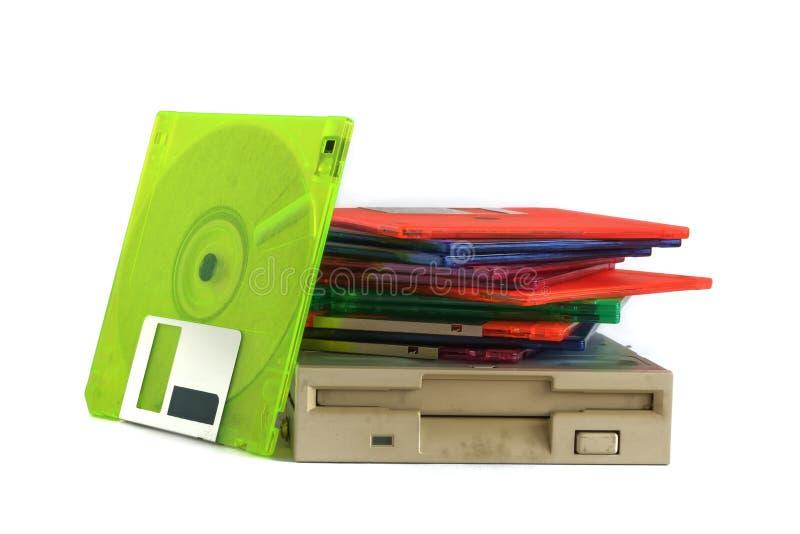 Lecteur de disquettes et disquettes sur le fond blanc photographie stock
