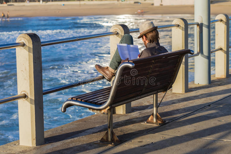Lecteur de mâle de pilier de plage images stock