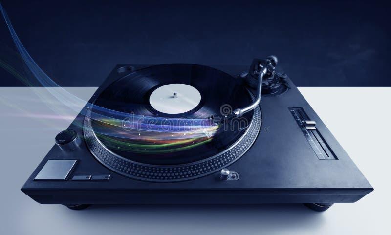 Lecteur de musique jouant la musique de vinyle avec les lignes abstraites colorées photo stock