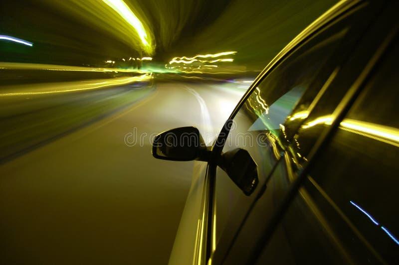Lecteur de nuit avec le véhicule dans le mouvement images stock