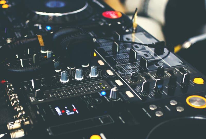 Lecteur et mélangeur de CD du DJ avec des écouteurs du DJ photos libres de droits