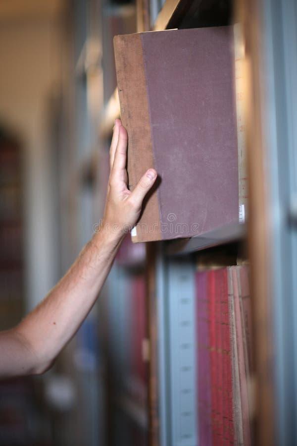 Lecteur remettant le livre dans images libres de droits