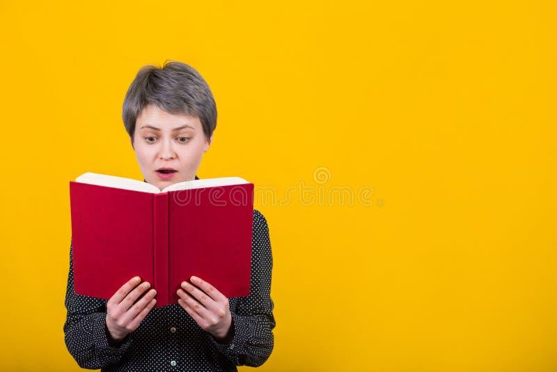 Lecteur stupéfait de fille image stock