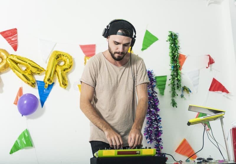 Lecteurs de musique charismatiques du DJ de jockey de disque ayant la partie d'amusement photos stock