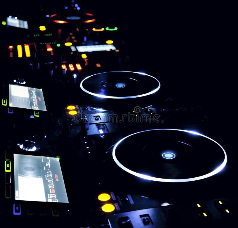 Lector de cd y mezclador de DJ fotografía de archivo libre de regalías