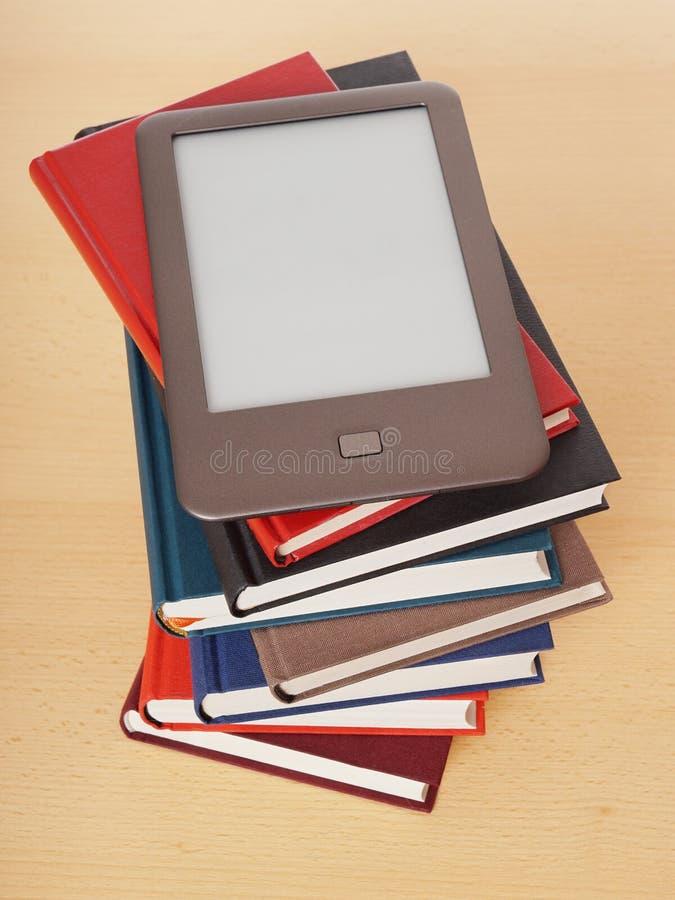 Lector de EBook en la pila de libros fotografía de archivo libre de regalías