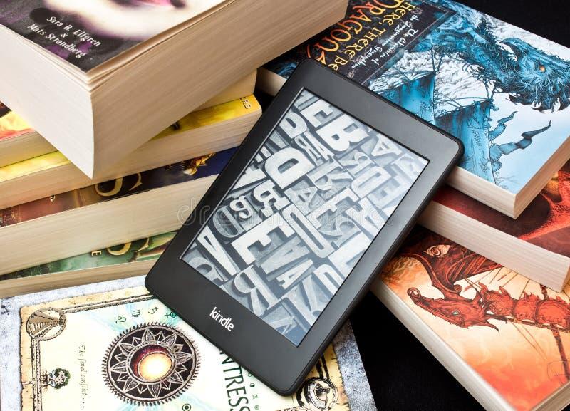 Lector del libro de Kindle e fotografía de archivo libre de regalías