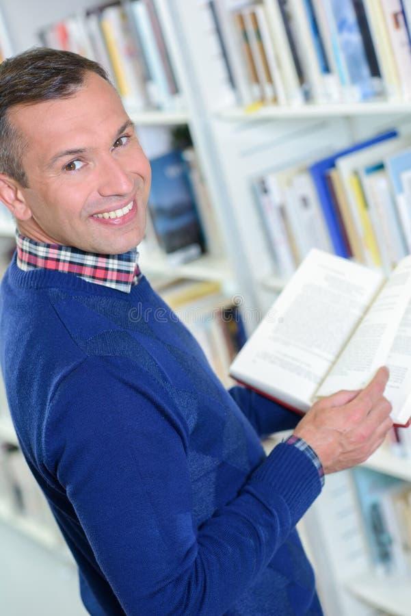 Lector que sostiene un libro fotografía de archivo libre de regalías